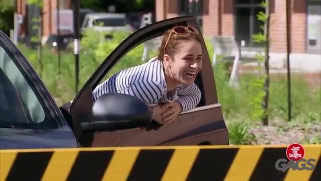کلیپ های مستر لب دوربین مخفی سرکارگذاشتن مردم در پارکینگ - نماشا