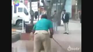 شستن شیر در پیاده رو