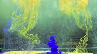 جوهر های رنگی در آب