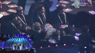 عکس العمل اکسو به بی تی اس at Seoul Music Awards EXO's Reaction to Bangtan's (방탄소년단) Perf.