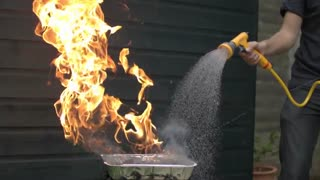 آب علیه آتش به صورت اسلوموشن